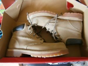 BRAND NEW BOYS BOOTS SIZE 6