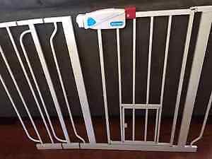 Carlson Extra Wide Pet Gate with pet door (metal white)