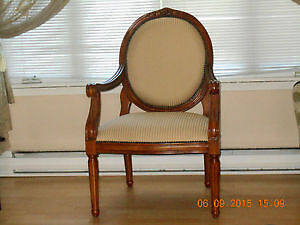 Chaise style antique.