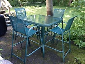 Patio Table (bar type)  Table pour Patio (type bar)
