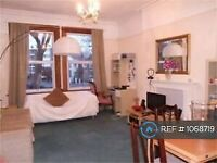 1 bedroom flat in Castlebar Road, London, W5 (1 bed) (#1068719)