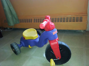 tricycle à vendre de marque fisher price propre.