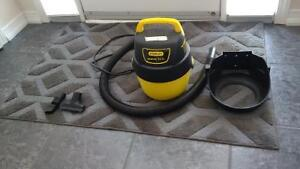 Wet/Dry Vacuum with Wall Bracket