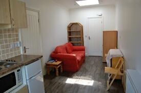 Newly decorated, modern, 1 double bedroom ground floor flat