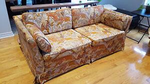 Sofa-lit et fauteuil vintage. En bon état! Doivent partir!!