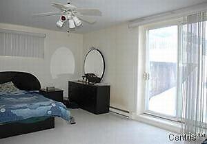 grande chambre bien éclairée pour étudiant ou travailleur.