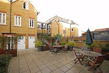 Great Two Bedroom Apartment Facing From Hampton Ct Station and Near the River & Many Shops