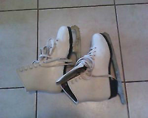 girl's size 6 skating shoes, great condition