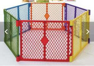 Baby yard gate in mint condition and 2 extra panels