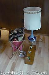 Lot with Table lamp, wooden shelf, misc. -A