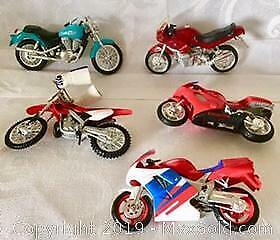 COLLECTION OF 5 MAISTO 1-18 DIE CAST MOTORCYCLES