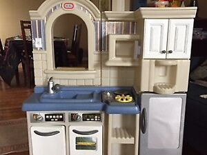 Little Tykes Play Kitchen + bag of food and pans
