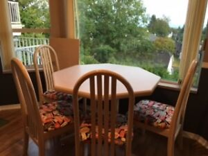 Kitchen Table w/ 4 Chairs & Leaf