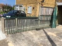 Jacksons Fencing System 16ft long sturdy metal fencing.