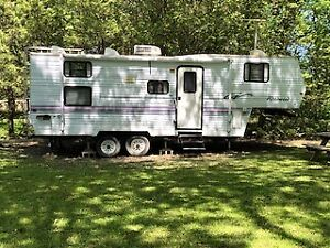 1998 27ft Fifth Wheel Trailer - Wildwood by Forest River