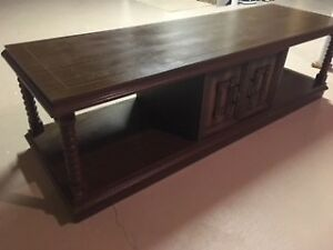 Centre table in excellent condition with 2 doors for storage spa