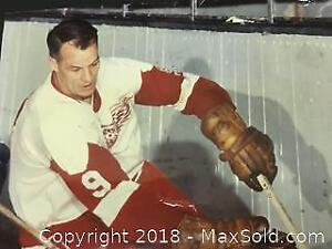 Authentic Gordie Howe 8x10 Signed Photo.