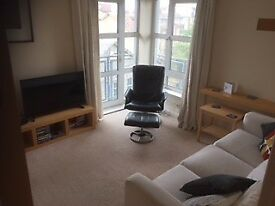 2 bed flat - top floor with lift - city living with a sea view.....