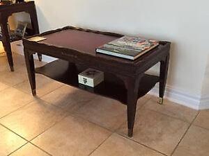 Une  table à café et 2 tables d'appoint en acajou.