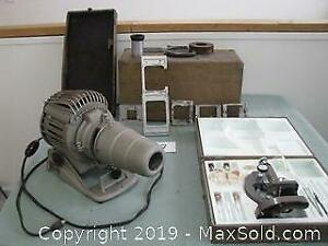Projector and microscope