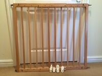 Wooden extendible baby gate, fixed