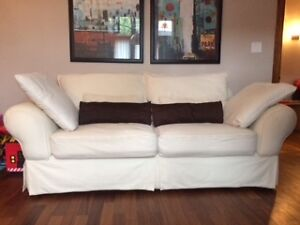 Deux sofas + pouf - style Montauk en excellente condition!