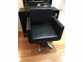 Black hydraulic hairdressing chair
