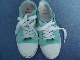 SIZE 4 GREEN GIRLS CANVAS SHOES