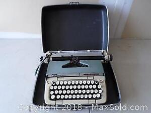 Retro Smith-Corona Classic 12 Manual Typewriter with Case