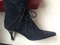 Heeled black suede boots