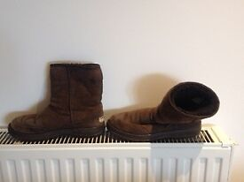2nd hand brown UGG boots. In good condition.
