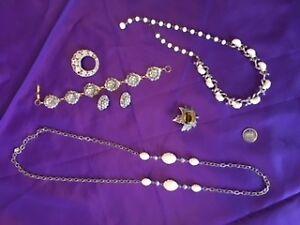 JEWELRY Costume necklace / bracelet sets, 1 VINTAGE BROACH