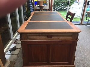 Partner's desk - same both sides  -