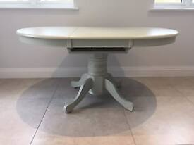 Solid timber 4/6 seater dining table - immaculate condition