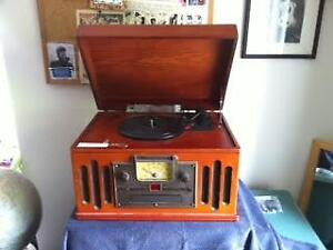 TURNTABLE/CD PLAYER/RADIO VINTAGE-LOOKING STEREO SYSTEM