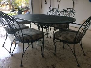 Iron wrought patio furniture kijiji free classifieds in for Outdoor furniture kijiji