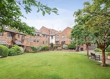 Large Room with bathroom in lovely Wapping Flat