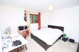 Large Double Room in Farnborough near Main Town Center