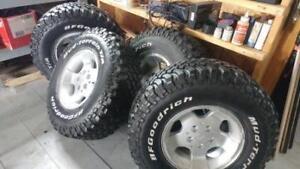 pneus 31 par 10 R-15 Sur Mags Jeep