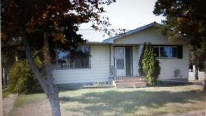 Lovely Renovated 3 Bedroom Home Lamont Full yard and Garage