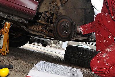 Hebe das Auto in die Luft und entferne den Reifen