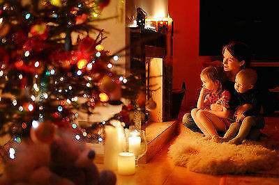 Schieße ein Foto deiner Familie neben dem Weihnachtsbaum