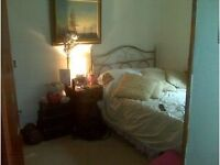 LARGE SINGLE ROOM TO LET WITH EN-SUITE BATHROOM INTERNET AVAILABLE