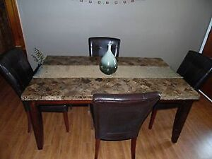 Beautiful faux marble dining rm table w/chairs