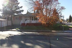 Three Rooms available in Greenfield (117St & 40 Ave Nw)