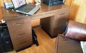 Bureau de travail et ordinateur