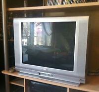 2 Téléviseur Sharps  27 pouces  $ 65.00 chaque  Négociable
