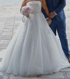Stunning ivory lace wedding dress