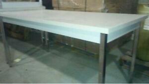 Table de travail dessus  arborite,cadre acier dessous  avec pattes en métal chromé 30 pouces X 60 pouces