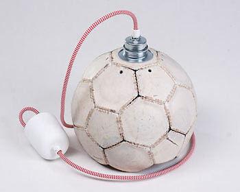 Für helle Leuchten: die DIY-Fußball-Lampe. (Copyright: Katarzyna Karolczyk)